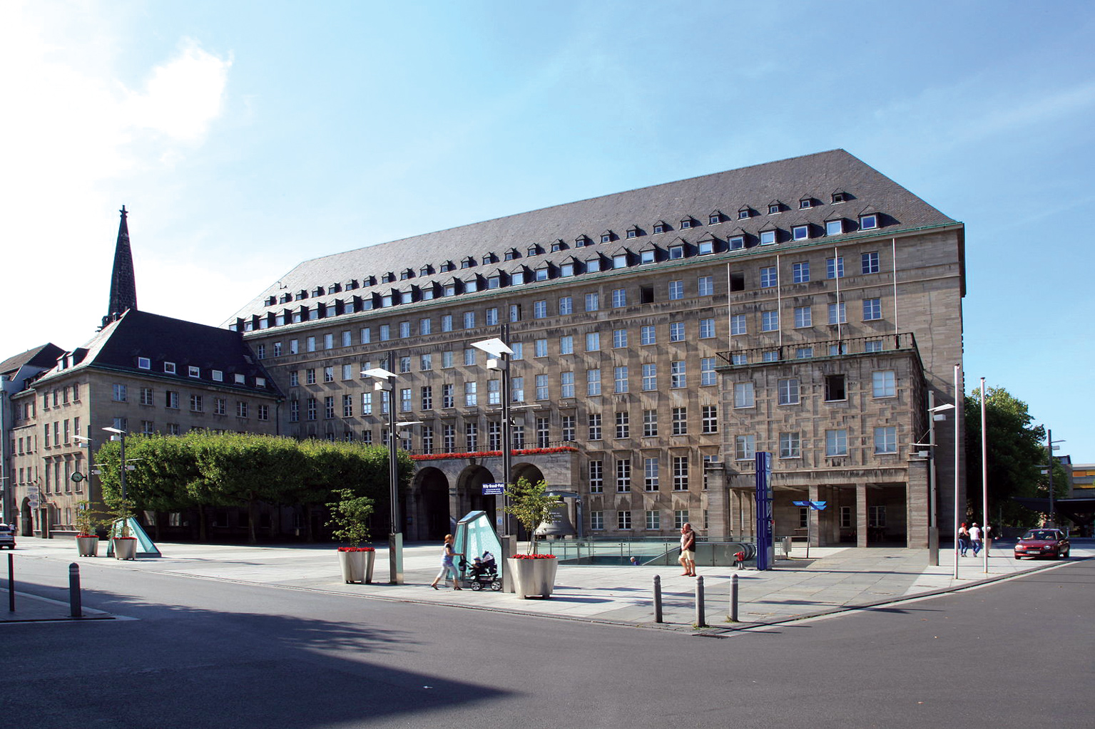 Frank Vincentz, https://upload.wikimedia.org/wikipedia/commons/thumb/3/3a/Bochum_-_Willy-Brandt-Platz_%2B_Rathaus_03_ies.jpg/1599px-Bochum_-_Willy-Brandt-Platz_%2B_Rathaus_03_ies.jpg https://creativecommons.org/licenses/by-sa/3.0/deed.de