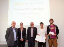 Successful idea: The two students Lukas Böhm and Crispin Müller won the contest with the idea of creating t-shirts out of sustainable materials. Foto: GründerCampus Ruhr