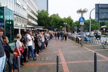 Over 8.500 people formed a 3.4 kilometre long human chain: Bochum's citizens protest peacfully against racism. Foto: tims